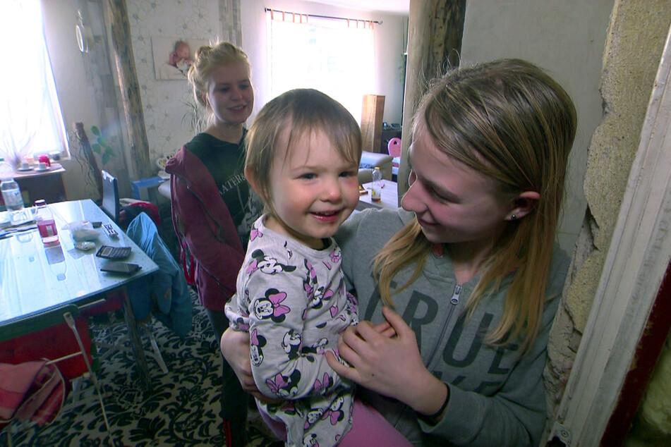 Nesthäkchen der Familie ist die kleine Paula (M.), die ein komfortables Wohnen nie kennengelernt hat.