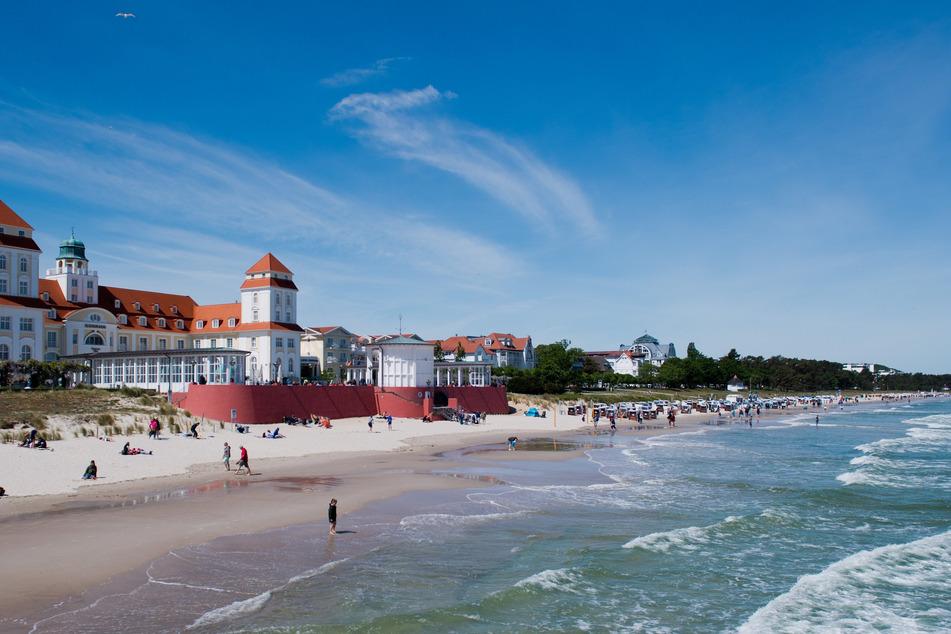 Wellen schlagen an den Strand in Binz. Lebhafter Nordostwind hat für Freude bei Wellenreitern und Kitesurfern gesorgt.