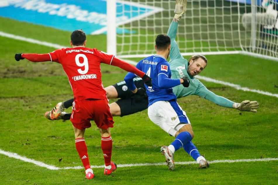 Robert Lewandowski (l.) erzielt das Tor zum 0:2 gegen Schalkes Ozan Kabak und Torwart Ralf Fährmann.