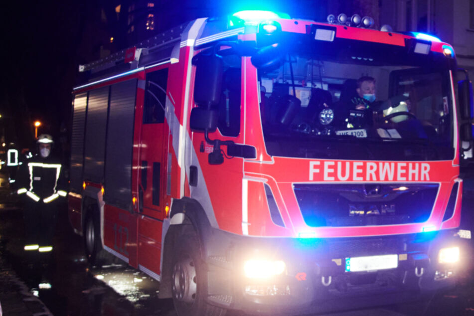 Verheerender Wohnungsbrand: Ein Mensch stirbt, zwei Helfer verletzt