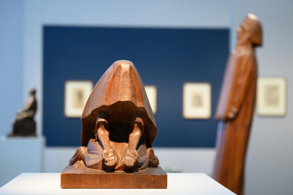 """Die Holzskulptur """"Verhüllte Bettlerin"""" (Mi.) von Ernst Barlach steht in der Ausstellung """"Ernst Barlach zum 150. Geburtstag. Eine Retrospektive"""" vor der Holzskulptur """"Moses"""" (re.) von Barlach."""
