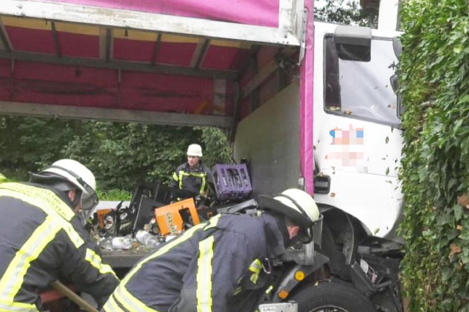 Der Fahrer musste nach dem Unfall von den alarmierten Rettungskräften aus seiner Kabine befreit werden