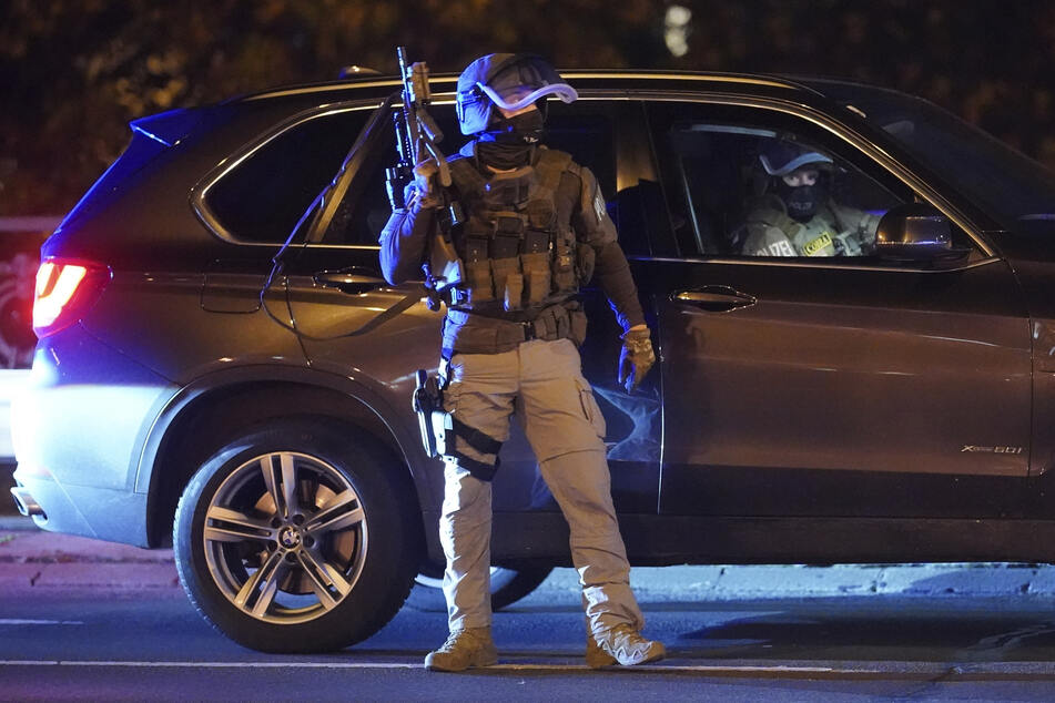 Schwer bewaffnete Polizisten sichern die Innenstadt.