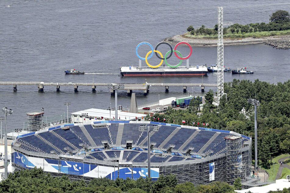 Die auf einem Floß schwimmenden Olympischen Ringe im Hafengebiet von Odaiba in Tokio.