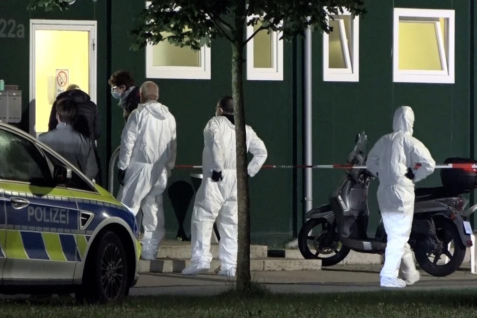 Spurensicherer stehen vor der Asyl-Unterkunft im Münsterland, in dem ein 25-Jähriger einen 35-Jährigen getötet und einen weiteren Mann schwer verletzt hat.