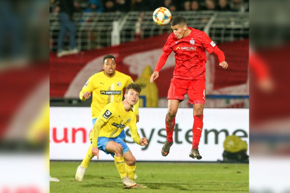 Ali Odabas (hier beim Kopfball im Spiel gegen Jena) verleiht der FSV-Defensive Stabilität.