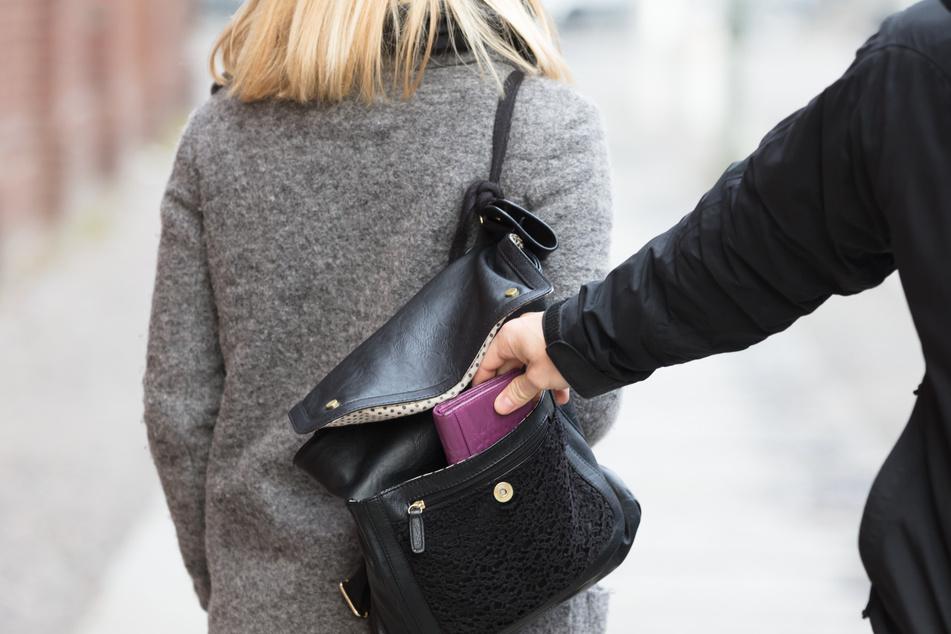 Dreister Überfall: Mann bittet Seniorin um Unterschrift, dann verfolgt er sie nach Hause