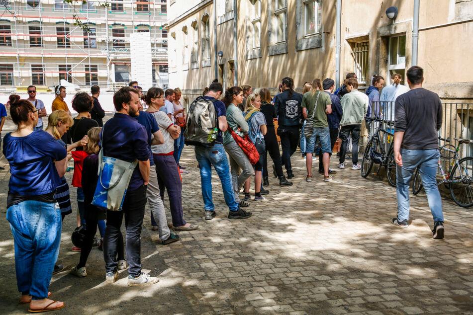 Andrang vor einem Wahllokal in der Dresdner Neustadt bei der Europawahl 2019. Auch der Wahlhelfer-Zuspruch ist in diesem Viertel sehr gut.