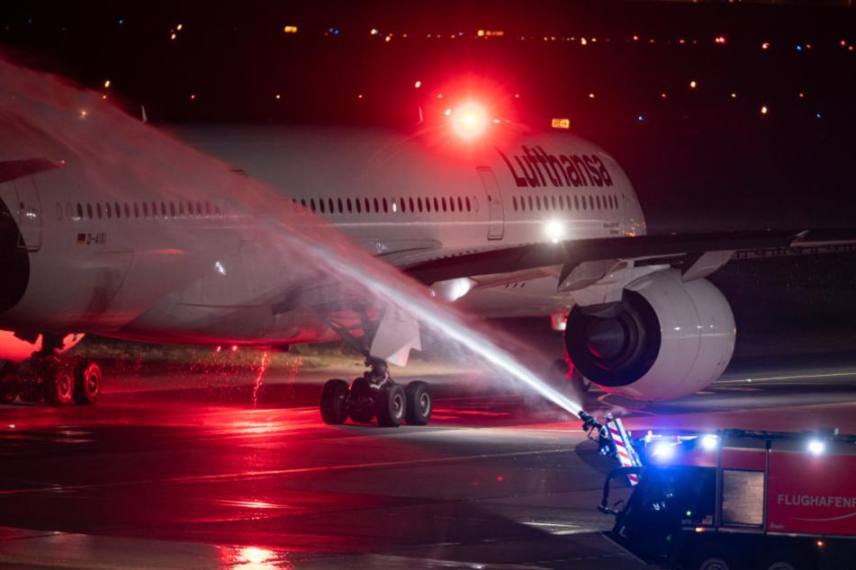 Der letzte Lufthansa Flug der Airbus A350 Maschine von Tegel rollt zum Startfeld und wird dabei von der Flughafen-Feuerwehr mit einer Wasserfontäne verabschiedet.