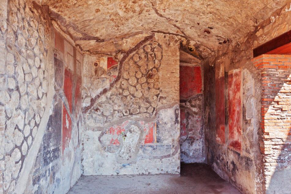 Fragmente von Fresken in einem der zerstörten Häuser von Pompeji.