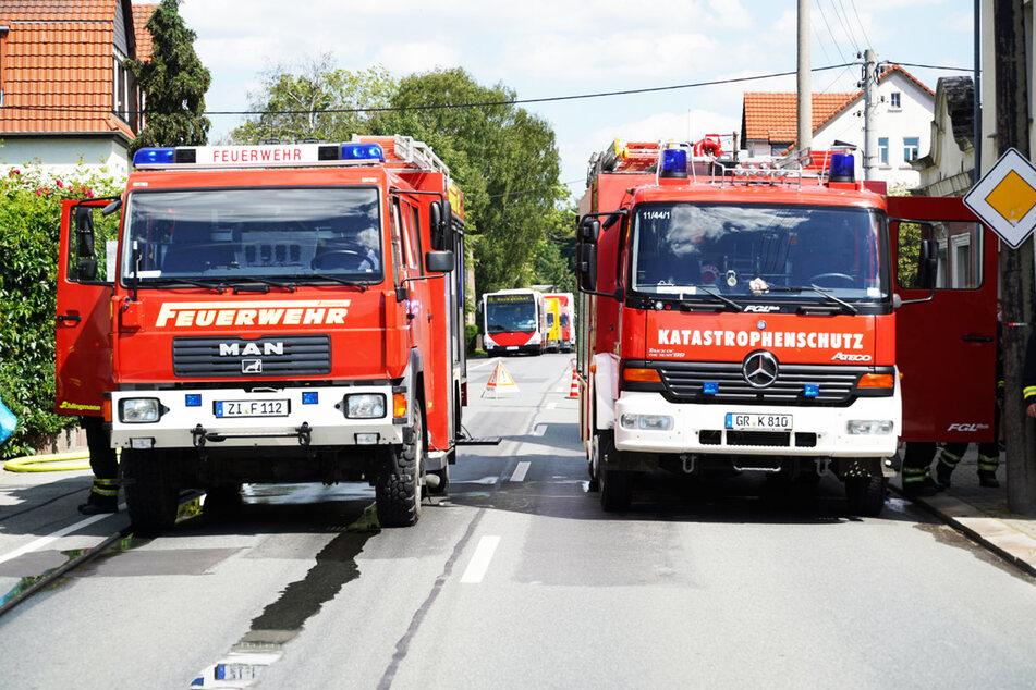 Die Feuerwehr sperrte die Straße für die Dauer des Einsatzes ab.