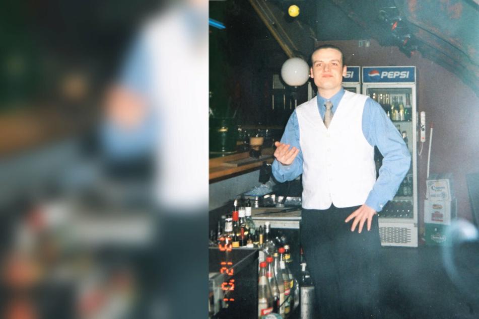 """Lars Höppe (41) an seinem früheren Arbeitsplatz: der Tresen des """"Stadtkellers"""", Dezember 2001."""