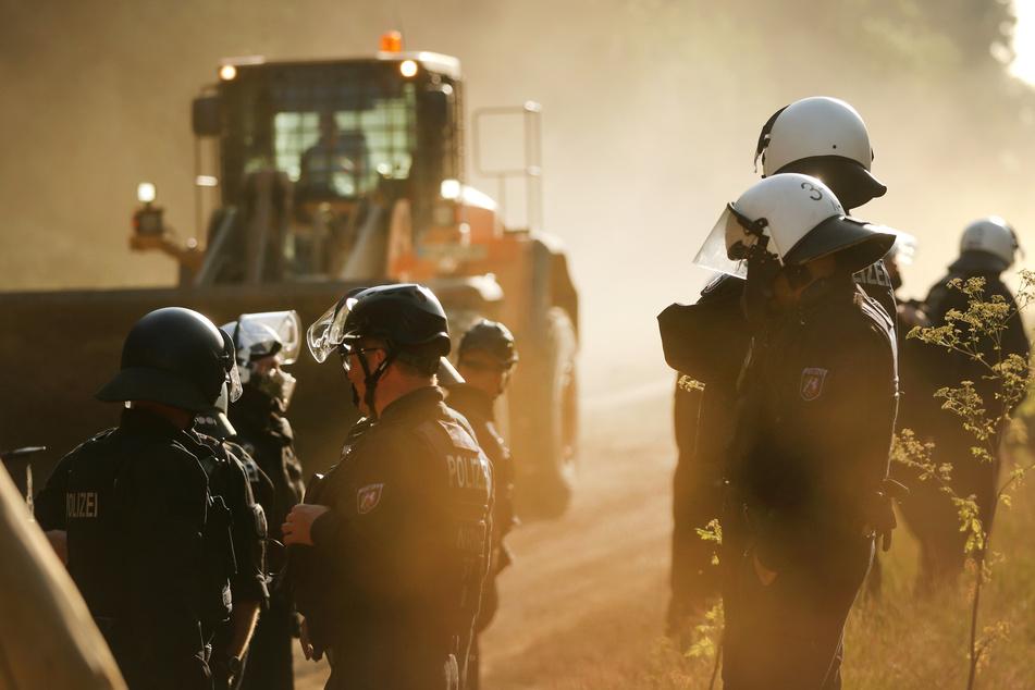 Die Polizei im Hambacher Forst am Dienstagmorgen.