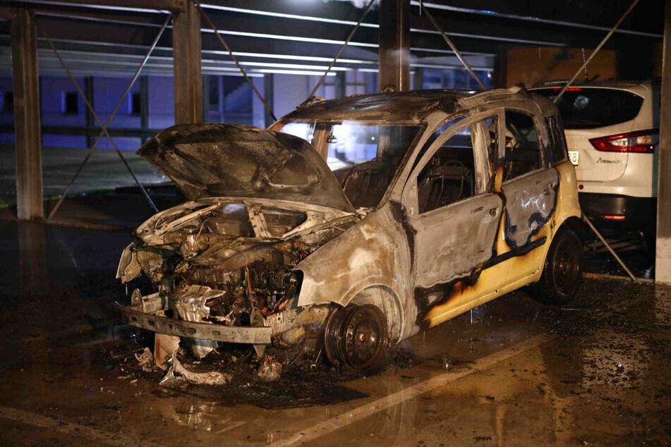 Die Flammen zerstörten den gelben Fiat Panda völlig. Er stand in einem Parkhaus am Otto-Dix-Ring.