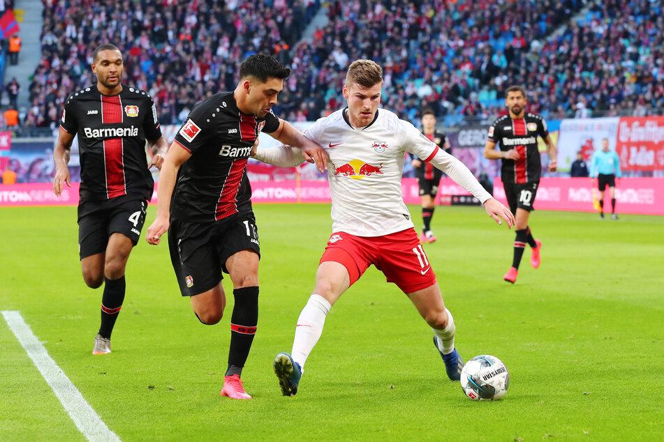 Timo Werner im Zweikampf mitNadiem Amiri (2.v.l.) von Bayer 04 Leverkusen.