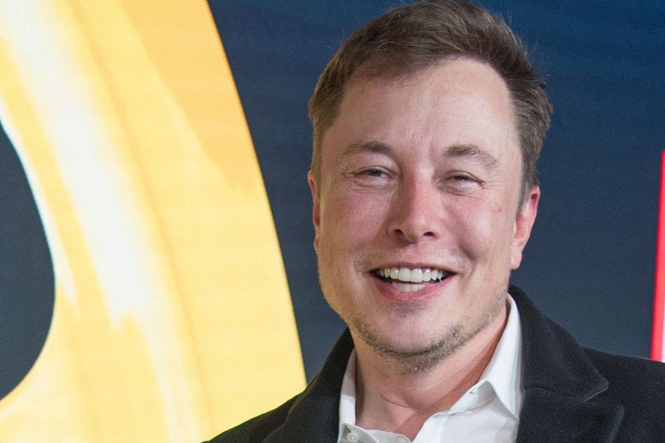 Elon Musk lächelt nach der Verleihung des Goldenen Lenkrads.