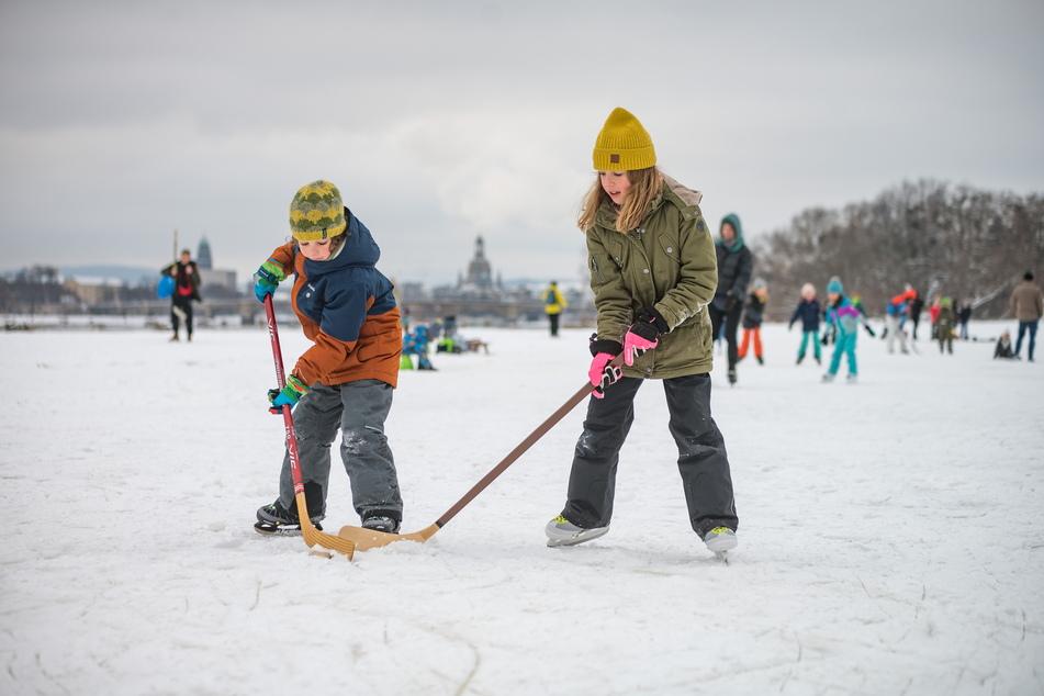 Frieda (9) und Carl (6) haben ihren Spaß und spielen Eishockey.