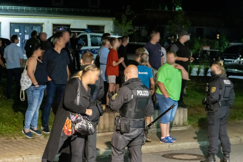 Die Demonstranten trugen alle keine Masken an dem Abend. Außerdem wurden sie auch den Polizeibeamten gegenüber beleidigend.