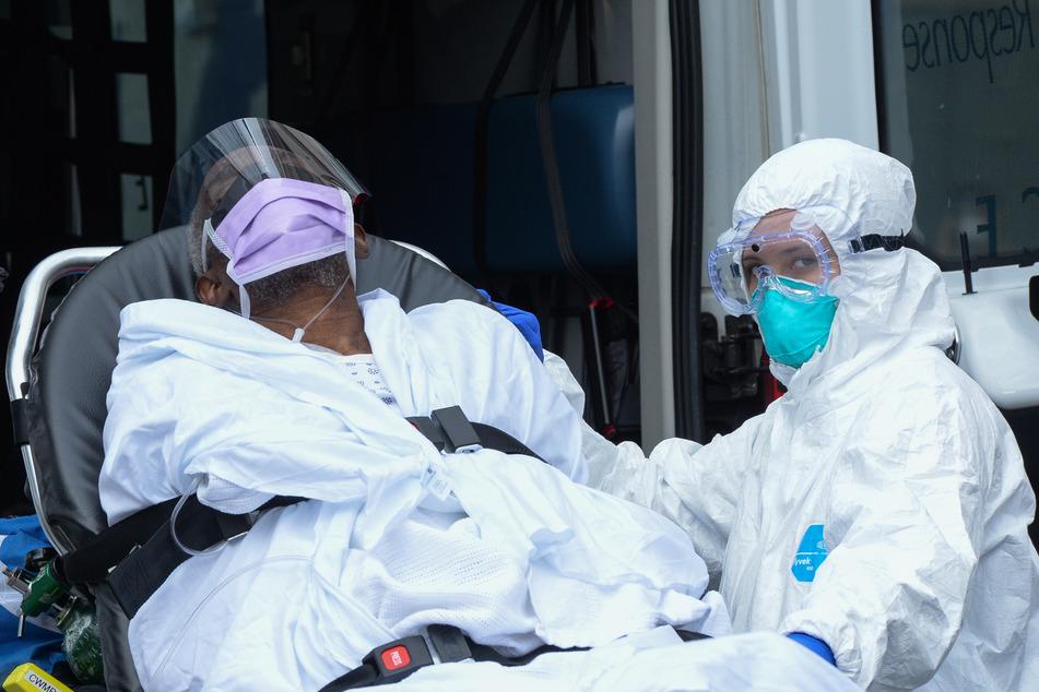 Ein medizinischer Notfalltechniker verlegt ein Coronavirus-Opfer im New Yorker South Bronx Lebanon Hospital Center.