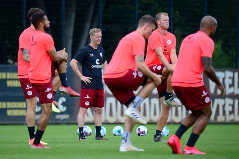 St. Paulis Trainer Timo Schultz (43) verfolgt das Training seiner Mannschaft. (Archivbild)