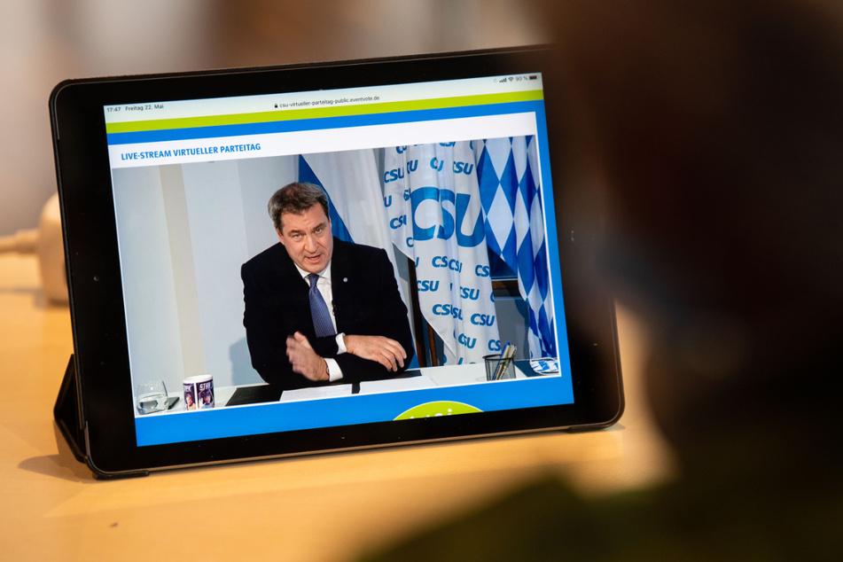 Livestream vom CSU-Parteitag am Freitag, bei dem Markus Söder (CSU), CSU-Parteivorsitzender und Ministerpräsident von Bayern spricht. Erstmals in der Geschichte der Partei hat der Parteitag der CSU wegen der Corona-Pandemie nur im Internet stattgefunden.