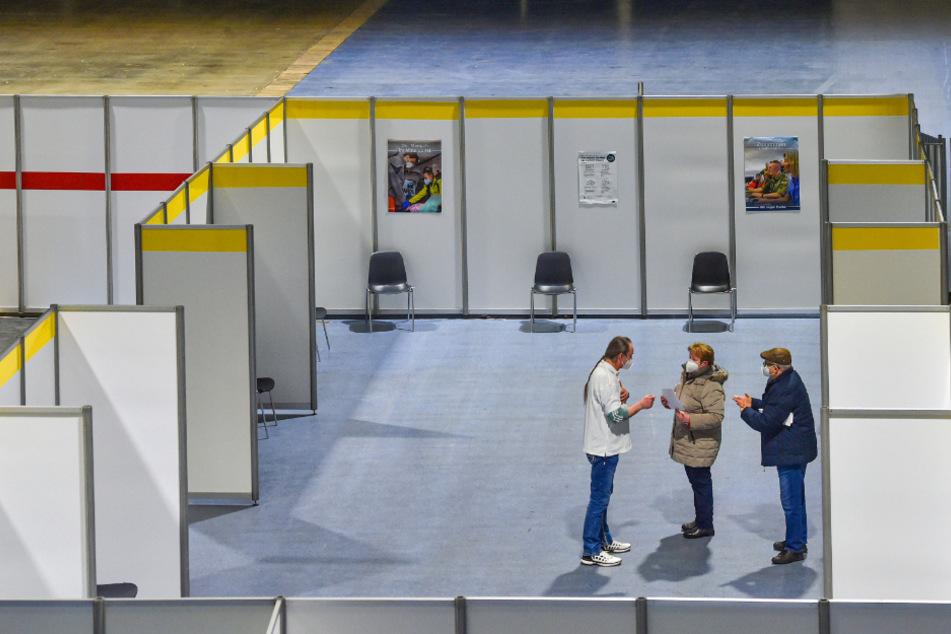 Impfstart in der Sachsen-Arena in Riesa: Nur wer einen Termin hatte, darf rein. Schlangen gab es deshalb zum Impfstart nicht.