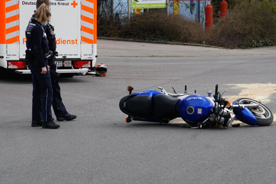 Horror-Crash! Biker verliert beim Aufprall den Helm und stirbt
