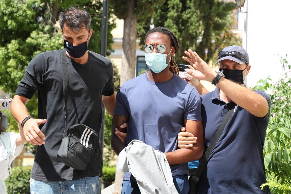 Rúben Semedo (27, M.) wird von Beamten abgeführt. Hat er sich an einer 17-Jährigen sexuell vergriffen?