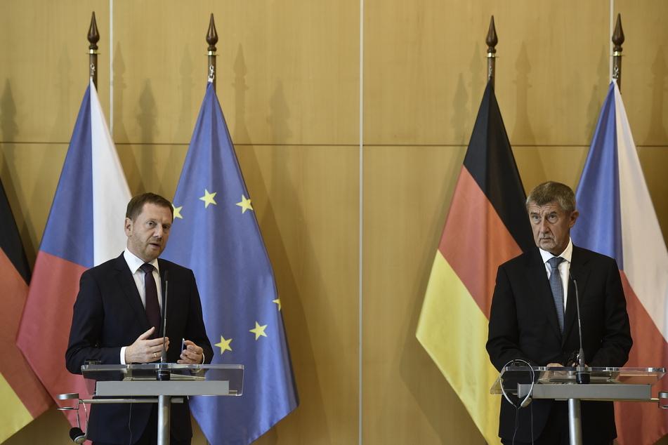 Michael Kretschmer (CDU,l), Ministerpräsident von Sachsen, und Andrej Babiš, Ministerpräsident von Tschechien, sprechen bei einer Pressekonferenz.