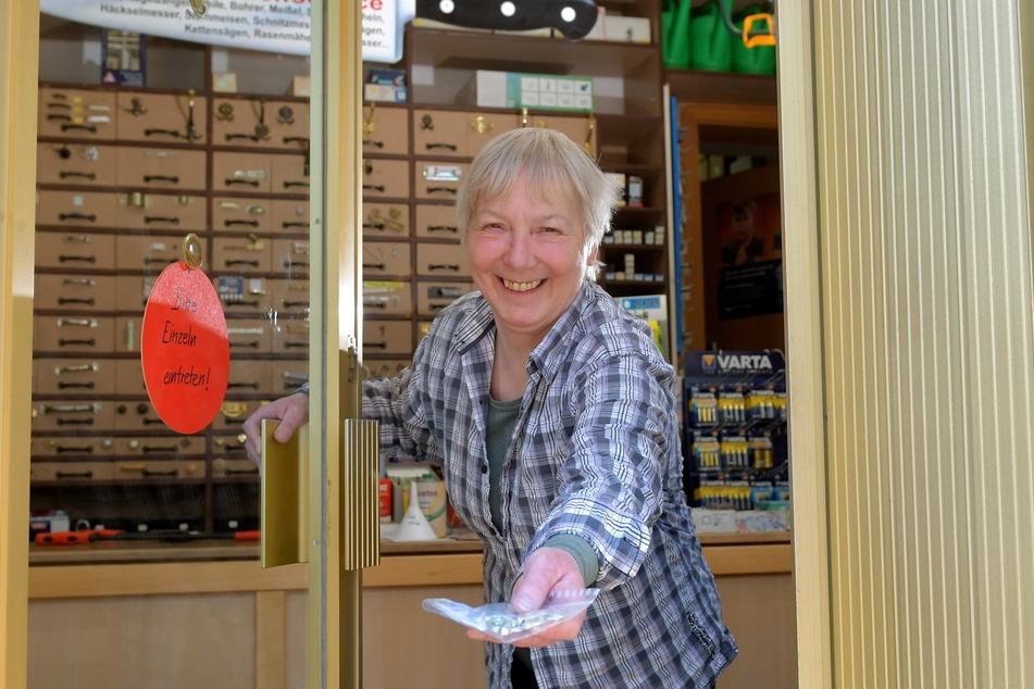 Lolita Kliemann (64) öffnet ihren Eisenwarenladen für Kunden in Not. Die Regale, in denen die Inhaberin Kleinteile wie Schrauben, Muttern oder Feingewinde aufbewahrt, wurden einst aus Munitionskisten gefertigt.