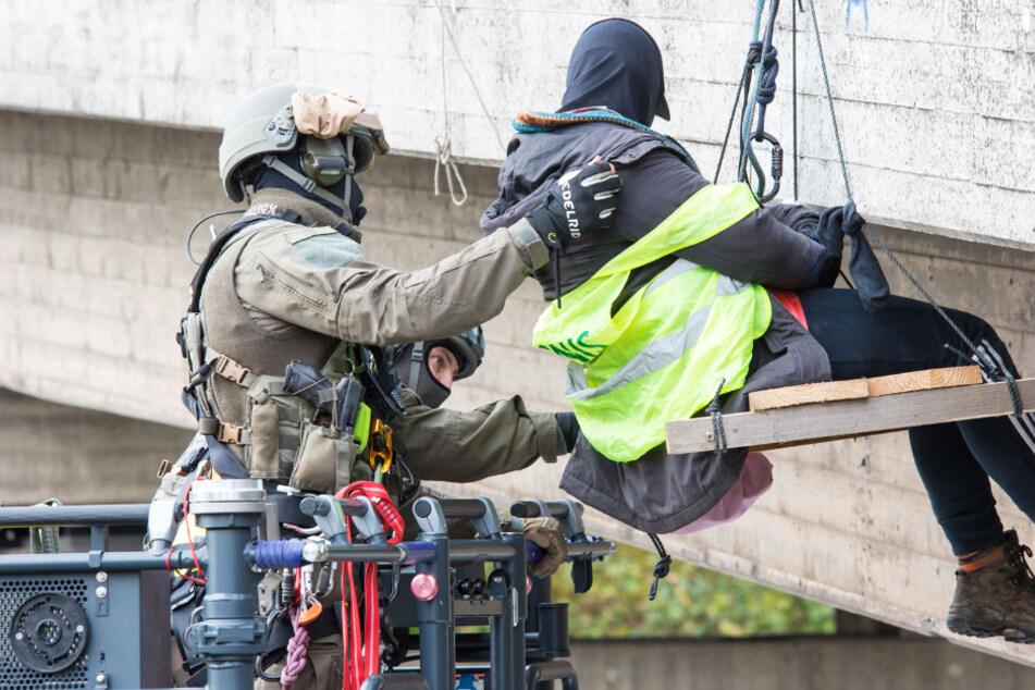 SEK-Beamte der Polizei waren am Dienstag auf der A3 im Einsatz, um die Aktivisten von der Brücke zu holen.