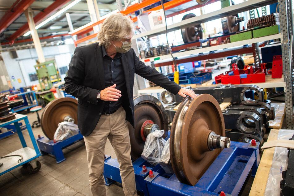 Michael Krietemeyer, Leiter der Schwebebahn-Technik, zeigt im Schwebebahn-Depot in Vohwinkel auf ein beschädigtes Rad.