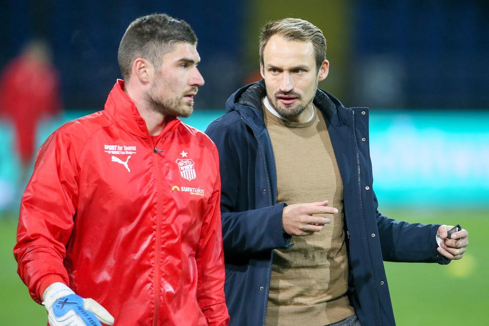 Nicht nur auf diesem Foto: Sportdirektor Toni Wachsmuth (r.) ist in intensiven Gesprächen mit Torhüter Johannes Brinkies.