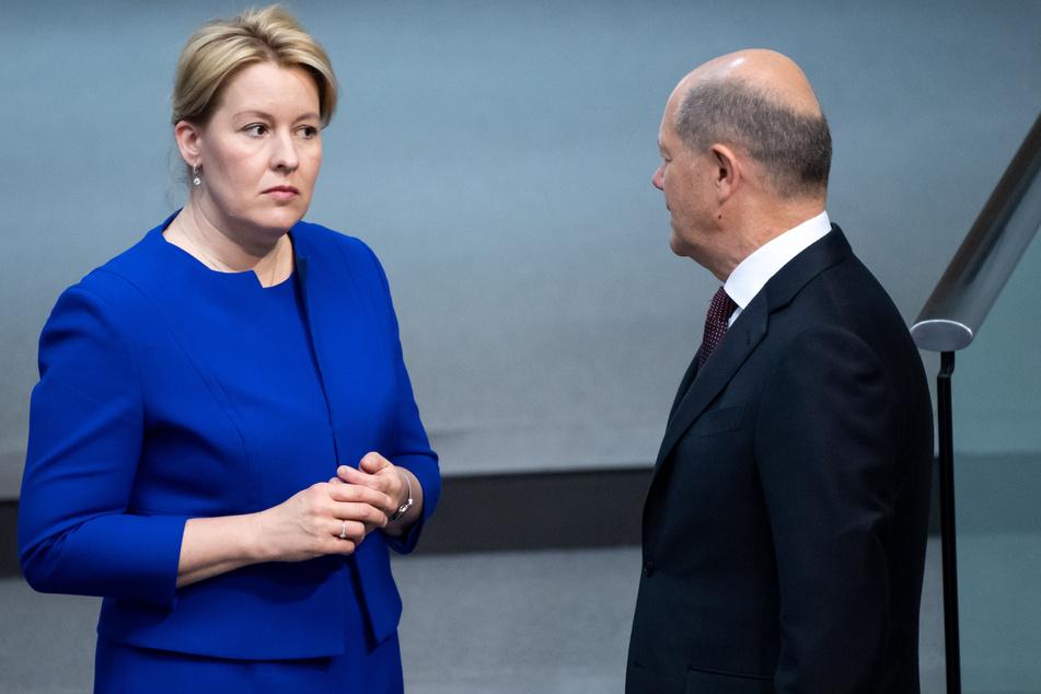 Franziska Giffey (SPD), Bundesfamilienministerin, und Olaf Scholz (SPD), Bundesfinanzminister, unterhalten sich im Bundestag.