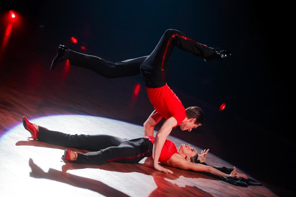 Moritz Hans, Sportler, und Renata Lusin, Profitänzerin, mit einer gewagten Einlage bei Let's Dance.