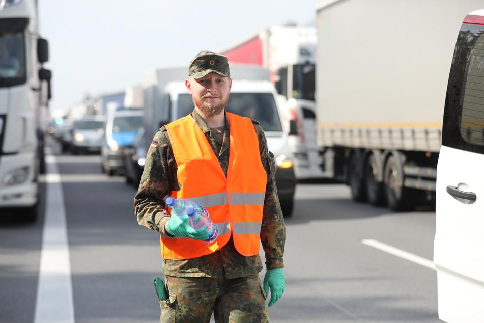 Im Riesenstau auf der A4 unterstützten Soldaten zivile Helfer bei der Versorgung der genervten Autofahrer.