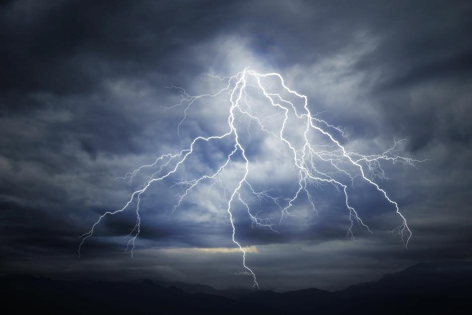 Durch das heftige Gewitter in England kam es am Dienstag zu einem tödlichen Unglück. (Symbolbild)