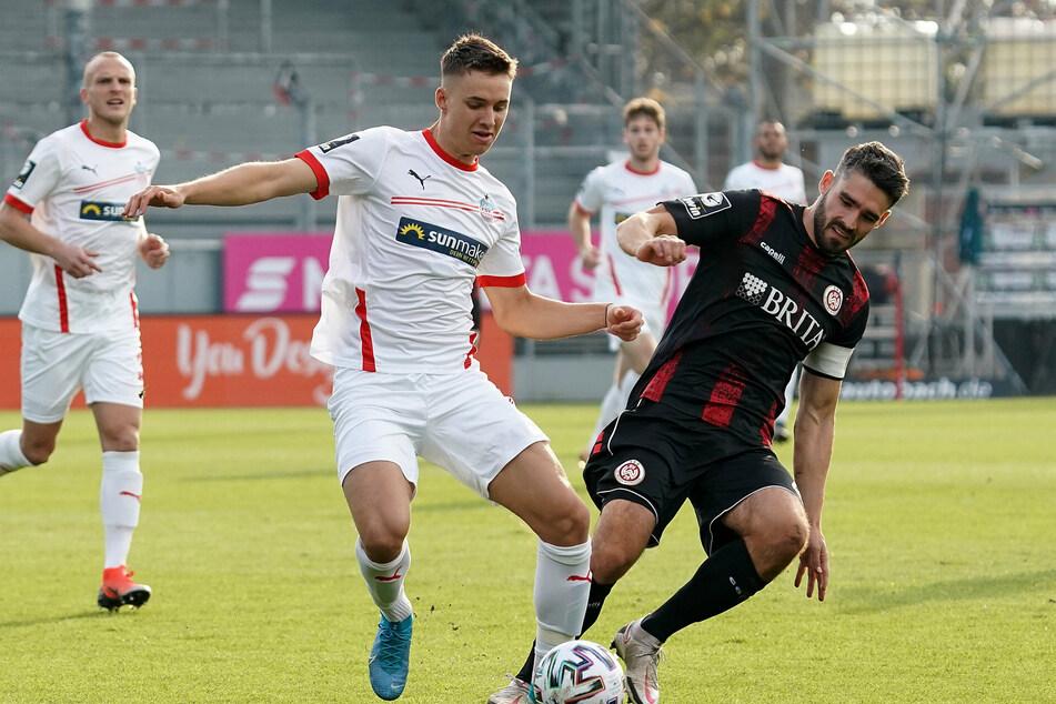 Dustin Willms (v.-l., hier im Zweikampf mit Wehens Innenverteidiger Sascha Mockenhaupt), erzielte den Treffer für Zwickau.