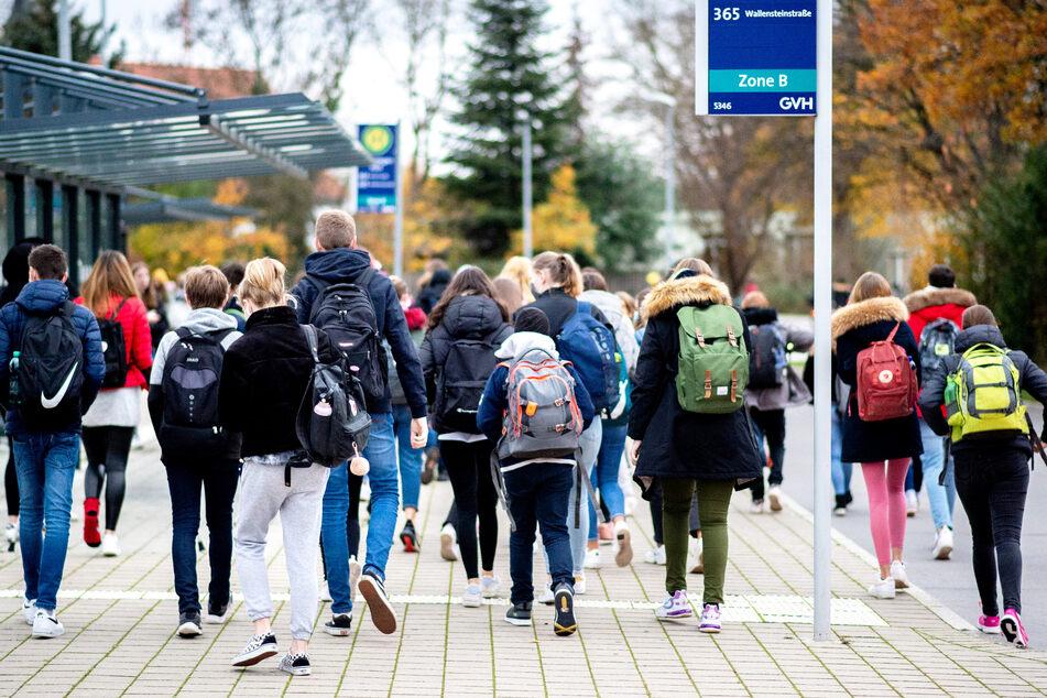 In Hamburg sollen nach den Frühjahrsferien am kommenden Montag zunächst die Grundschul- und die Abschlussklassen der weiterführenden Schulen im Wechselunterricht in ihre Klassenräume zurückkehren. (Symbolbild)