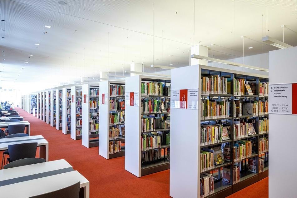 Blick in die städtische Bibliothek im Kulturpalast.