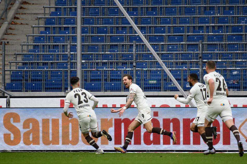 FCSP-Sturmtank Guido Burgstaller (2.v.l.) jubelt nach seinem Treffer zum 2:0 gegen Hannover 96.