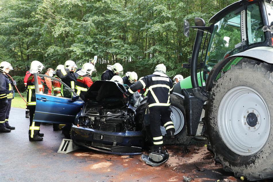 Mehrere Feuerwehrleute mussten das Dach des BMWs abschneiden und den Verletzten befreien.