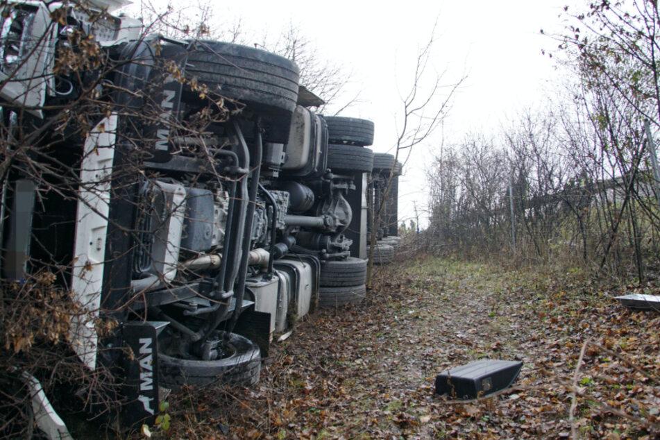 Wurst-Lkw kommt von Autobahn ab und stürzt Böschung hinunter