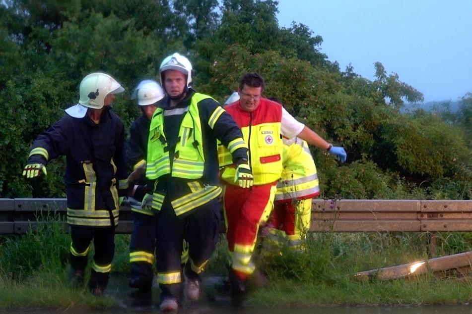 Einer der beteiligten Fahrer soll dabei schwere Verletzungen unter anderem am Kopf erlitten haben.