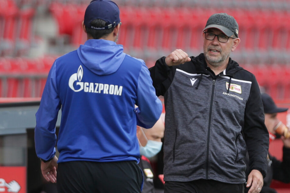 Berlins Trainer Urs Fischer (54, r.) begrüßt Schalkes Trainer David Wagner.