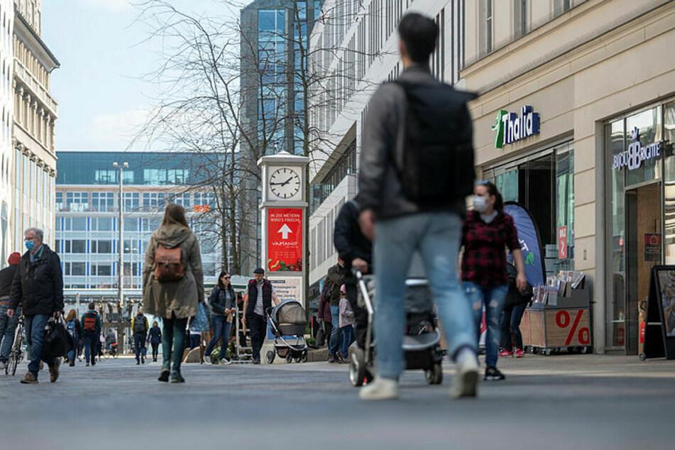 Nach Wegfall der Bundesnotbremse kann auf Mundschutz in der Innenstadt verzichtet werden - vorausgesetzt, der Mindestabstand von 1,50 Meter wird eingehalten.