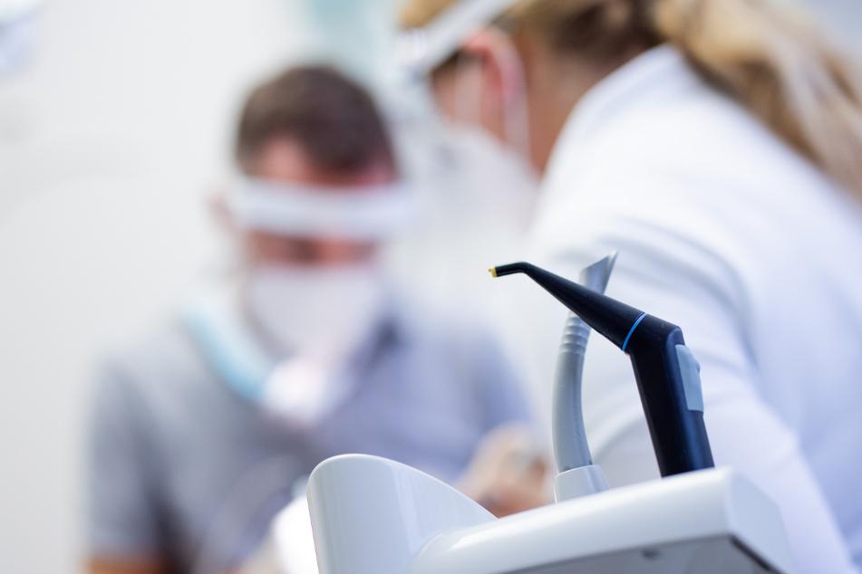 Aus Angst vor Corona trauen sich viele Menschen nicht mehr zum Zahnarzt, wie die KKH mitteilt. (Symbolbild)