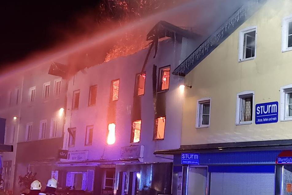 Das Feuer stand vom brennenden Haus auch auf die Nachbarhäuser über.