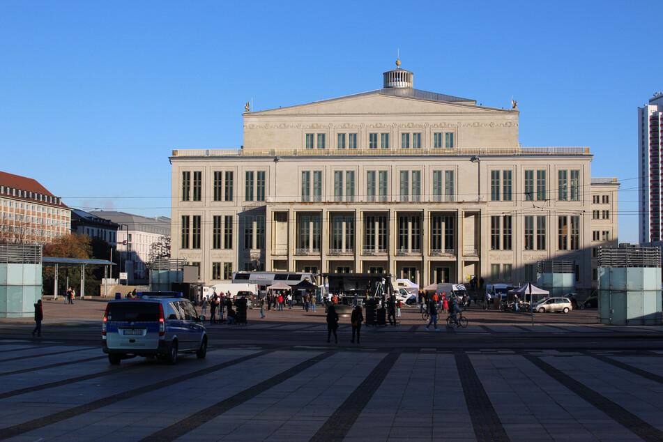 Vor der Leipziger Oper laufen die Vorbereitungen auf Hochtouren.