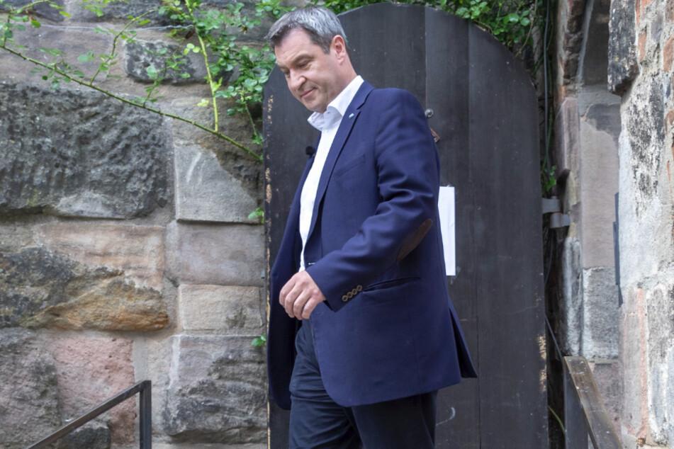 """Söder geht zu der Aufzeichnung der Sendung """"ZDF-Sommerinterview mit CSU-Vorsitzenden Markus Söder""""."""